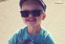 Jurre met pet en zonnebril
